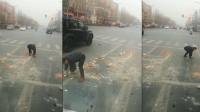 小伙车流中捡碎石被人拍下,背后原因获网友排队点赞