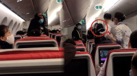 女子大闹机舱摘口罩叫嚣致航班延误2小时 海航:乘客原因不赔偿