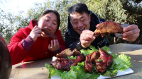 160买6斤猪蹄,胖妹自家小院烤猪蹄,夫妻俩有说有笑,边啃边烤
