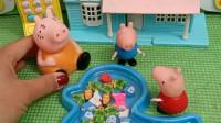 小猪佩奇翻了乔治的书包,不料发现好吃的,拿给猪妈妈看