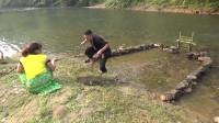 美女架龙门抓鱼,大鱼进翁徒手就抓,拿到岸上烤来吃!