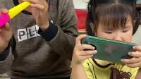 生活的乐趣:小萌娃不要玩手机咯 和爸爸玩会玩具吧