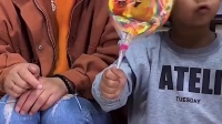 童年趣事:妈妈和萌娃都有好吃的棒棒糖吃