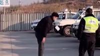 江西一男子担心科目三不过,跑车前虔诚一拜,欲跪下时被一把拽走