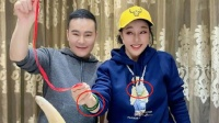 65岁刘晓庆和毛戈平聚餐 疑似吃上犀牛肉?