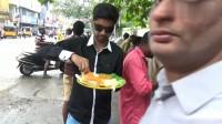 看看印度的街边快餐怎么样?便宜吃的人多,饭菜看上去根本没食欲