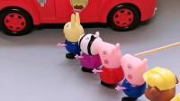 好多人排队等公交车,乔治怕挤上去,佩奇姐姐帮助乔治