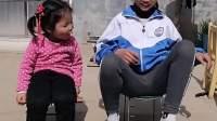 童年趣事:姐姐怎么穿着袜子泡脚