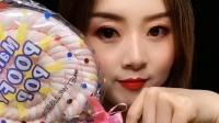 美女试吃大彩虹棉花糖,水果口味的,想吃吗?