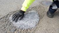 """能修路的""""塑料颗粒"""",撒在路面上加热,20分钟修补损坏路面!"""