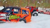 看几辆超级越野车在雪山之中展开精彩拉力赛