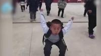 10岁小学生校门口展示蛤蟆功,身上还背着书包