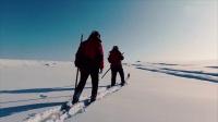 """快来看一波""""神操作"""" 新疆滑雪巡线的电力工人"""