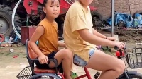童年趣事:你也想骑车啊,还是坐着吧