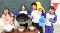 老师按碗的大小来打饭,不料女同学把家里的米缸带来了,真逗