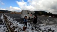一家三口把房车开到山顶,终于看见了雪,女儿高兴到手舞足蹈