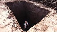 不小心掉进5米深坑怎么办?看小伙绝地求生