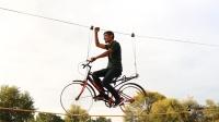 小伙挑战骑车走钢丝,他能完成心愿吗?场面刺激不断