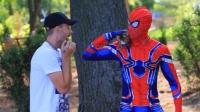 蜘蛛侠在街头助人为乐做好事