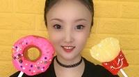 美女直播吃大甜甜圈,还有薯条糖果,想吃吗?