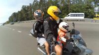 世界上最小的摩托车手,不到十岁就能开车带父母出去玩!