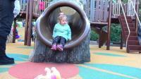 勇敢的小朋友尝试玩攀岩的游戏,爸爸细心保护她