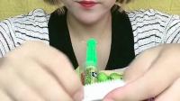 美女试吃吐血口香糖,真的能吐血的,你想吃吗?