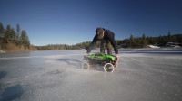 把玩具卡车轮胎换成圆锯,在冰湖上开是啥体验?网友:这漂移太猛了