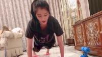 关晓彤多种姿势健身教学 一袭紧身衣尽显完美身形