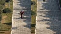 男子在大连英雄烈士陵园里玩自行车速降网友:并不合适也不安全