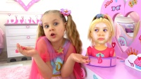 萌娃小可爱给爱美的玩偶做发型,手艺真棒!