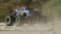 看一辆超级越野车表演的高难度特技赛吧