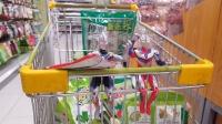迪迦邀请欧布奥特曼逛超市,他们坐着购物车比赛挑选不同颜色商品
