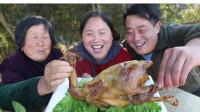 胖妹露一手,用10斤盐焗一只鸡,肉嫩味香,76岁奶奶边吃边夸