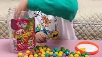 趣事童年:小萌娃快把西瓜泡泡糖装起来