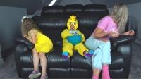 萌娃小可爱真顽皮!小家伙戴上面具捉弄妈妈和妹妹