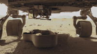 """""""毅力""""号漫游者离开了火星直升机的残骸护盾 驶向了直升机停机坪"""