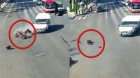 闯红灯遇上抢黄灯!监拍:两车互不相让 骑车人被撞腾空翻滚!