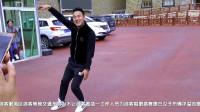 康巴汉子的歌声 为缓解游客等车的焦虑 甲居藏寨工作人员为游客唱歌跳舞