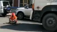环卫工提醒罐车司机水泥洒一地 遭冷漠对待直接坐车前