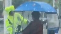 暖心!交警担心大妈下雨天骑车视线不佳 为其擦干前挡