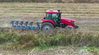 为什么重型拖拉机可以携带先进耕犁翻耕泥土?