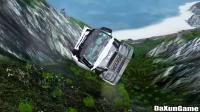 货车拉着两辆豪车,半路出车祸掉下悬崖,全部报废