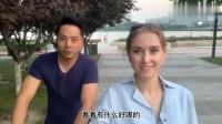 老外在中国:俄罗斯媳妇晚上遛弯,感叹俄罗斯真跟中国不能比,这是中国特色?