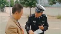 谭谈交通搞笑名场面,骑车看书的大叔,愣是给谭警官说害羞了