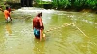 71岁大爷激流下捕鱼,自制的大渔网,一沉一拉就能捕到鱼