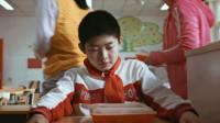 男孩每次考试考第一,老师却把他视为眼中钉,带着同学排挤他