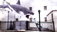 會飛的鯊魚襲擊人類,男子手持一把電鋸,給它做刨腹產手術!