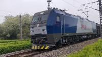 沪昆线,上局杭段HXD1B0598牵引货运列车通过松江站!