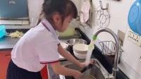 萌娃在家边洗碗边干呕,妈妈:就是想让她锻炼锻炼